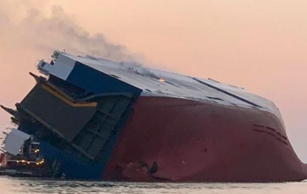 Біля берегів США перевернулося судно