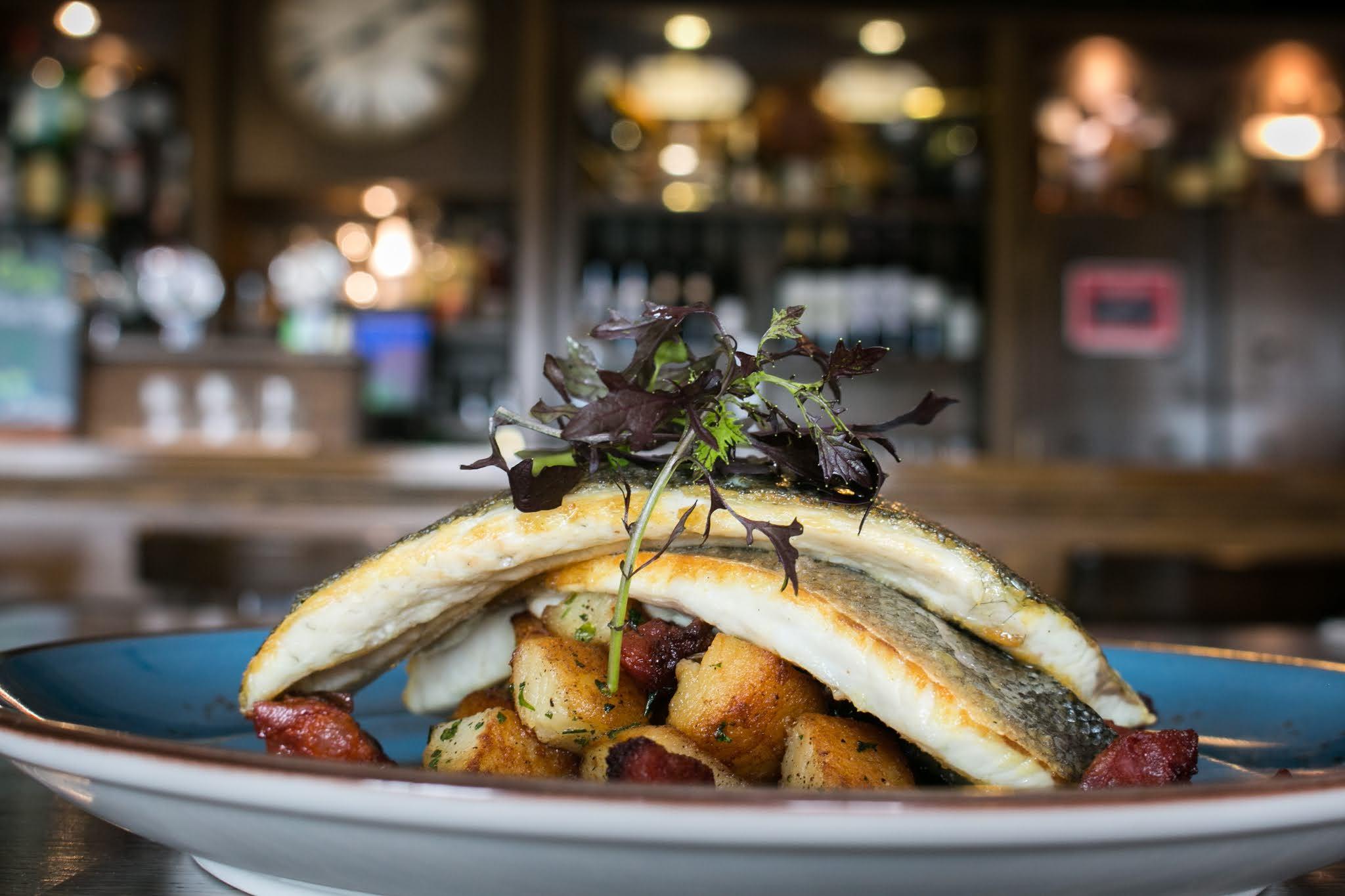طريقة عمل سمك القاروس مع البندورة الكرزية