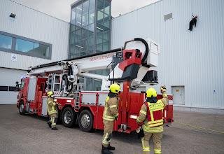 Als der Notruf einging, wurde neben dem Löschgruppenfahrzeug und dem Rettungswagen auch die Teleskopmastbühne zum Einsatzort gebracht.
