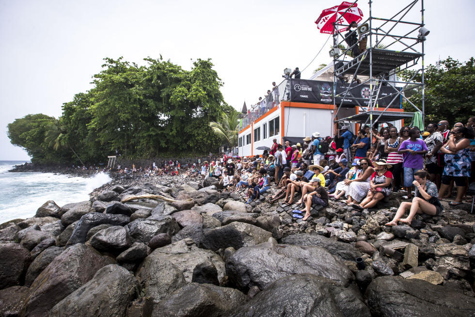 32 Crowds on opening day Martinique Surf Pro foto WSL Poullenot Aquashot