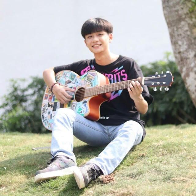 """Nam sinh Bắc Ninh pose dáng cùng cây đàn, tạo hiệu ứng """"mờ ảo"""" nhưng vẫn """"rõ mười mươi"""" nhan sắc nam thần nhé!"""