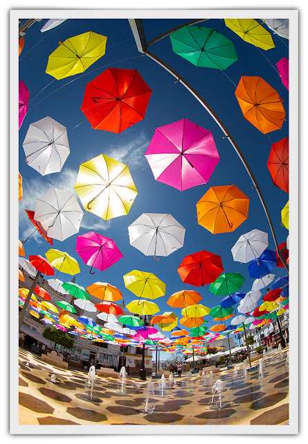 Paraguas sobre la plaza y fuente de agua