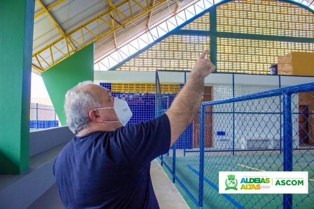 OBRAS - Prefeito Kedson Lima visita construção de quadra poliesportiva em Aldeias Altas