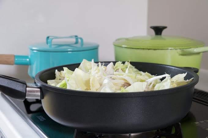 AMTドイツ製フライパンで調理中