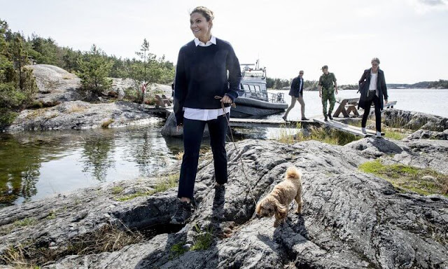 Utö initiative. Her dog Rio was with the Crown Princess during the visit. Crown Princess Victoria wore a navy sweater, jumper and pink shirt