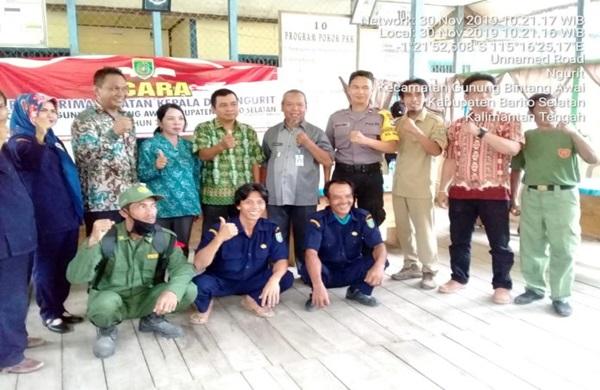 Bhabinkamtibmas Polsek GB Awai Hadiri Serah Terima Jabatan Kepala Desa Ngurit
