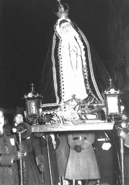 Virgen de la Amargura en la procesión penintencial femenina de las hermanas de Minerva y Vera Cruz. (1947-1966) Foto Antonio. León.