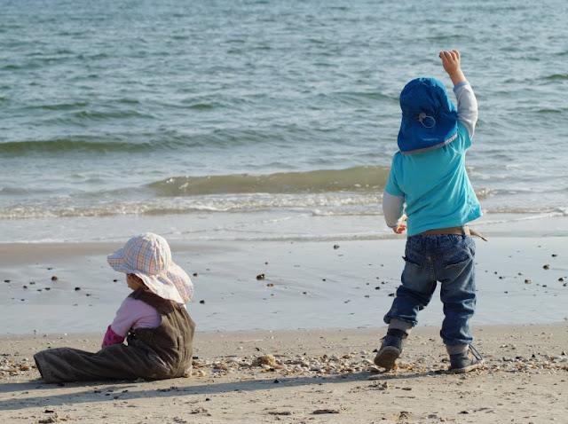 Familienurlaub in Dänemark: Unsere Tipps und Empfehlungen. Auf Küstenkidsunterwegs erzähle ich Euch, warum wir als Familie am liebsten Urlaub in Dänemark machen, welche Urlaubsorte besonders für Familien mit Kindern geeignet sind, wo wir unser Ferienhaus buchen und welche spannenden familienfreundlichen Ausflugsziele es dort gibt.