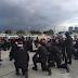 Viral foto de policías orando de rodillas por paz en Charlotte