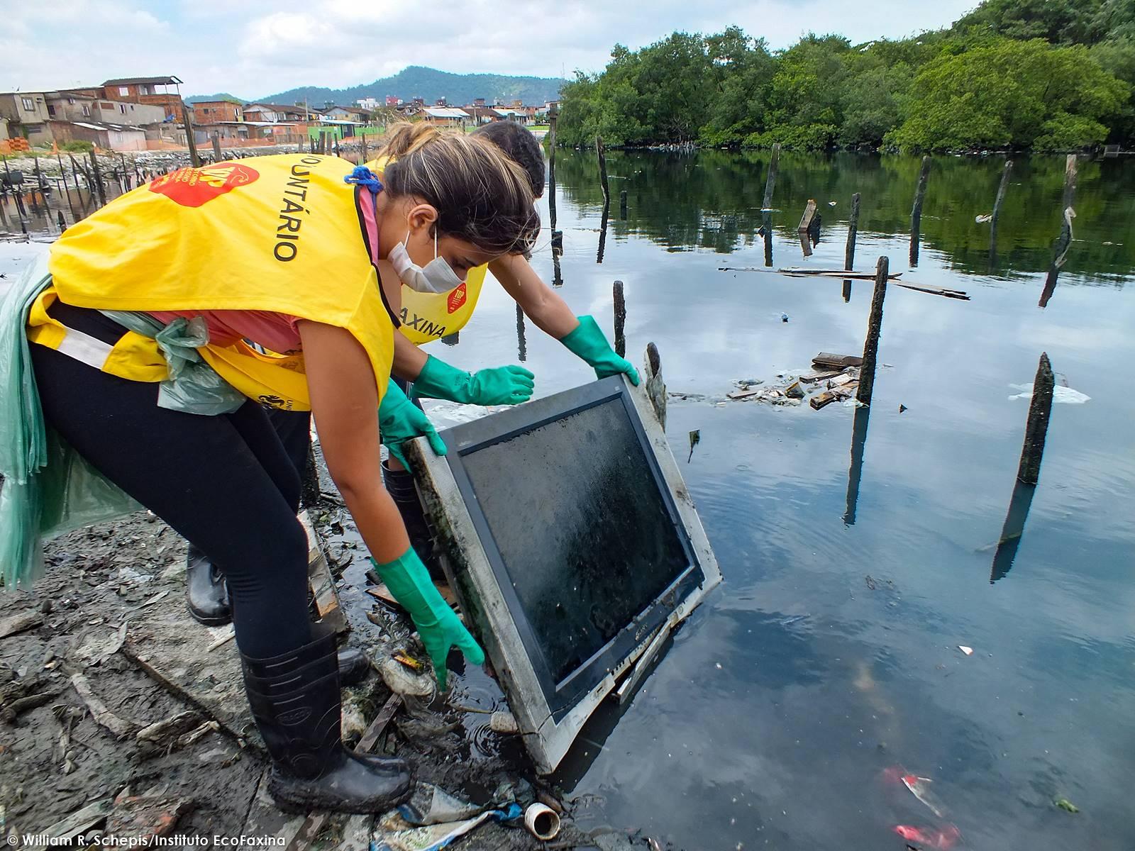 A recuperação de áreas degradadas de mangue, se atrelada a políticas públicas habitacionais, tem como objetivo tornar-se uma ferramenta de congelamento das favelas, auxiliando a Defesa Civil no trabalho de contenção das invasões.