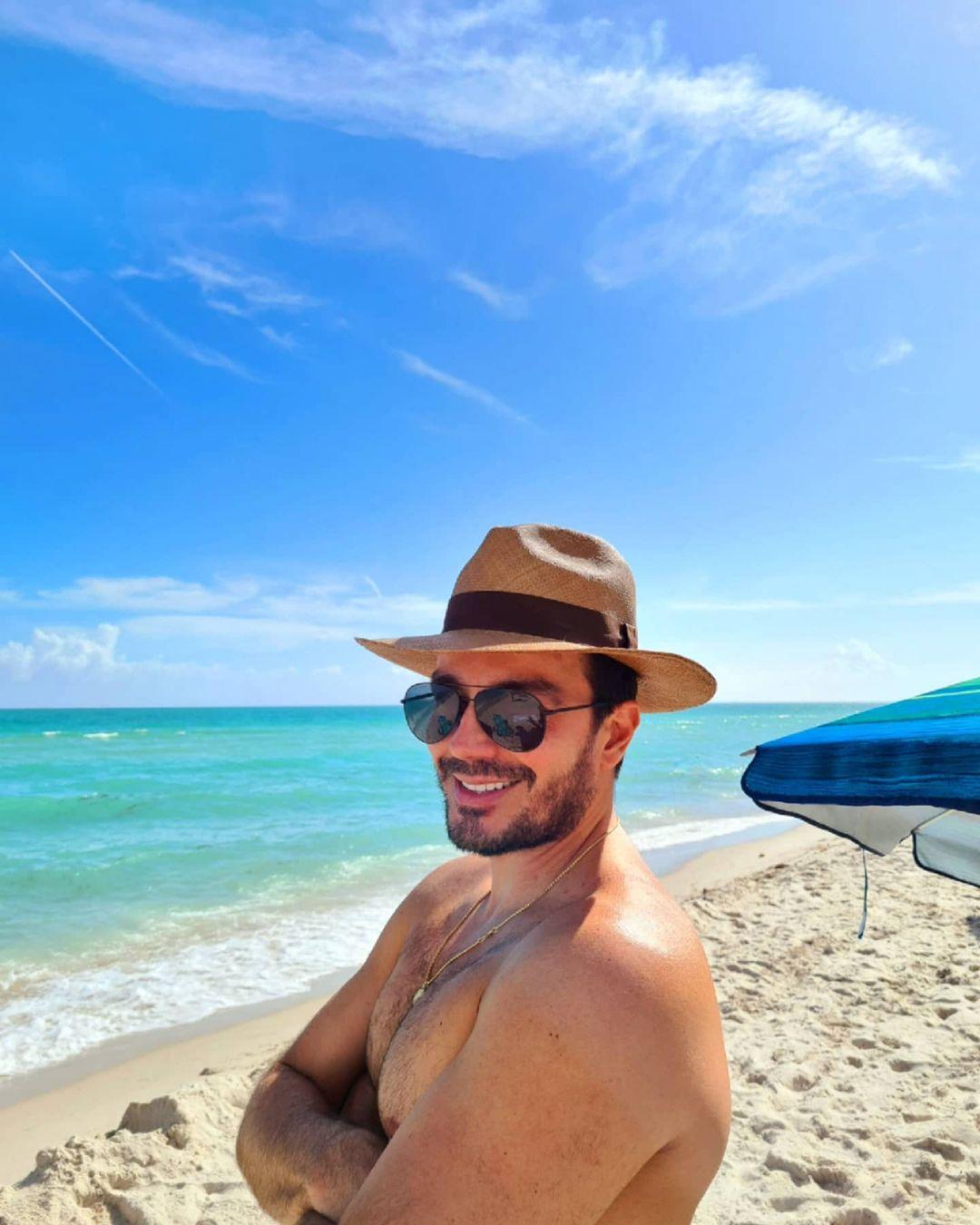 actor venezolano sin camisa