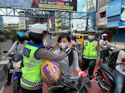 Sambut Hari Bhayangkara Ke-74, Ditlantas Polda Jambi Bagi Masker ke Pengguna Jalan