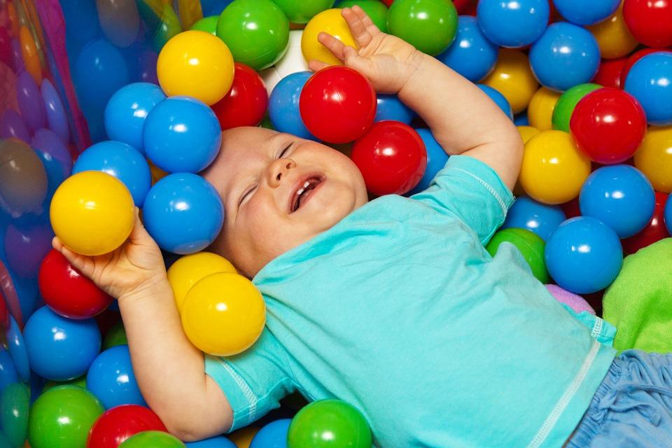 familia-maternidade-amor-segurança-carinho-vida-seguro-paz-amor-filhos-brincadeira-infantil-piscina-de-bolinha-bebê