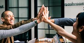 homens e mulheres dando as mãos