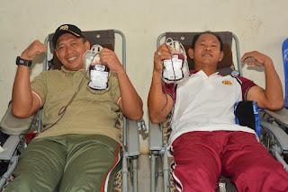HUT TNI ke 74, Jajaran TNI di NTB Gelar Donor Darah di Acara Car Friday