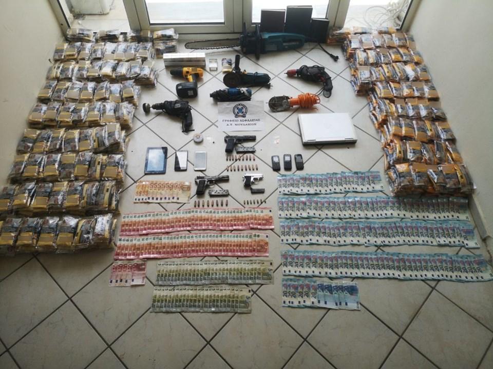 Συνελήφθησαν δύο άτομα στη Χαλκιδική για παράνομη οπλοκατοχή και λαθραίο καπνό.