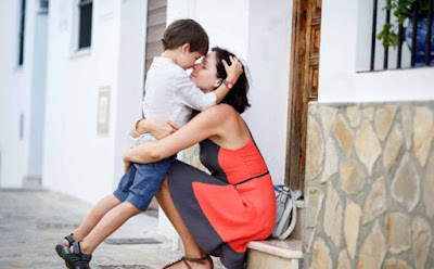 طفلك يحتاج أن تقومي بهذه الأمور الـ 6 يوميًا ,ام تحتضن طفل ابنهاولدmother hug child boy