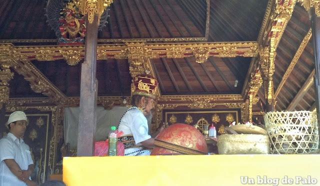 Templos de bali sacerdote en ceremonia