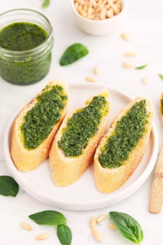 Vegan pesto, a delicious Italian sauce in a 100% vegetable version. It is prepared in less than 5 minutes with nutritional or beer yeast instead of cheese. #vegan #withoutgluten #sauce #DanceofStoves
