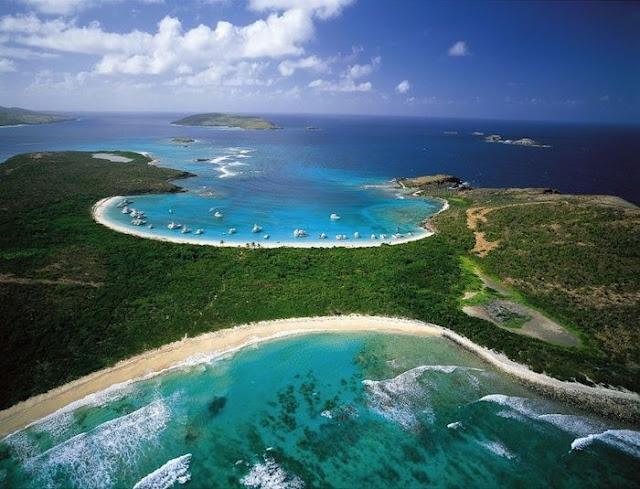 Culebra se menciona a menudo en el mismo aliento que Vieques, esta pequeña isla con hermosas playas