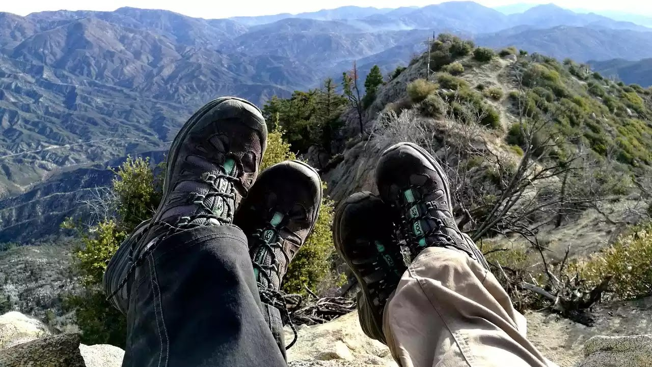 Sepatu Hiking Foto oleh Noel Ross dari Pexels