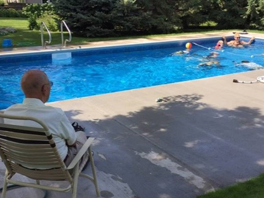 Abuelo alfa de 94 años hace una alberca para los niños