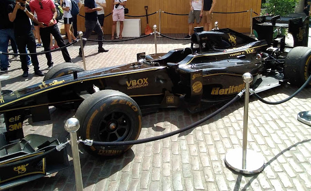 F1 Wagen in schwarz-gold auf Gumball 3000 Launch in London 2018