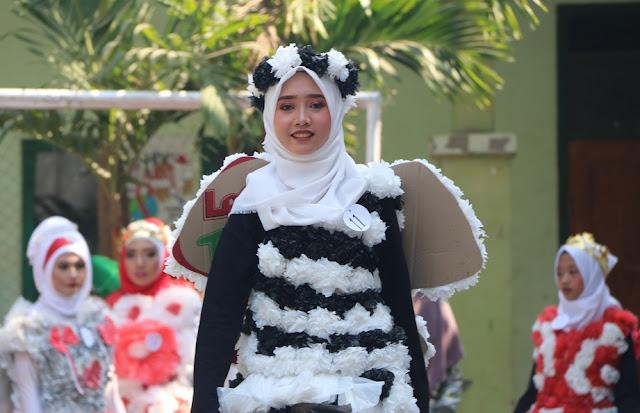 Tampil Beda, MTsN 1 Probolinggo Fashion Show Dengan Daur Ulang Sampah Plastik