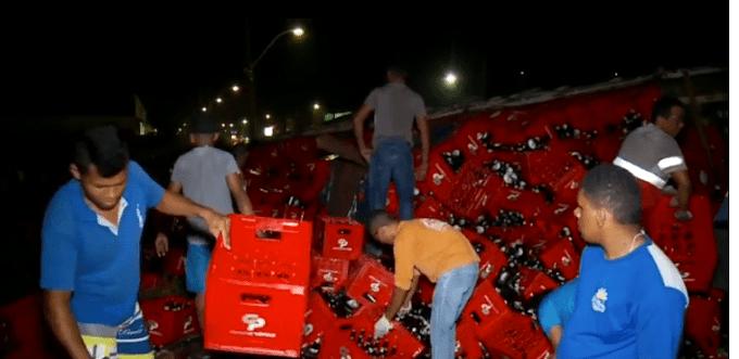 ACIDENTE - Caminhão carregado de cerveja tomba na BR-316 entre Caxias e Timon