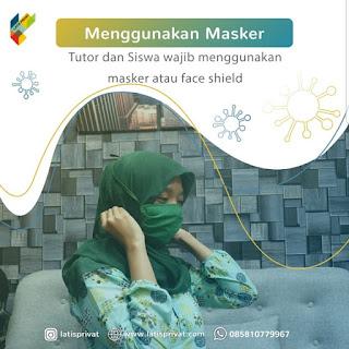 Guru privat menggunakan masker saat mengajar