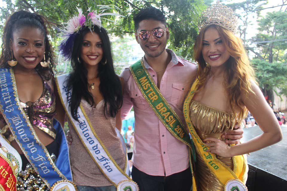 Willian Herculano posa ao lado de Anaju Dorigon e Ellen Rocche. Foto Ricardo Marujo