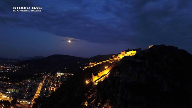 Ανοιξιάτικο υπερθέαμα της πανσελήνου πάνω από το νυχτερινό Ναύπλιο (βίντεο)
