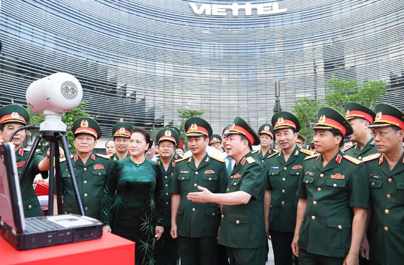 Quyền Chủ tịch Tập đoàn giới thiệu thiết bị với đoàn công tác