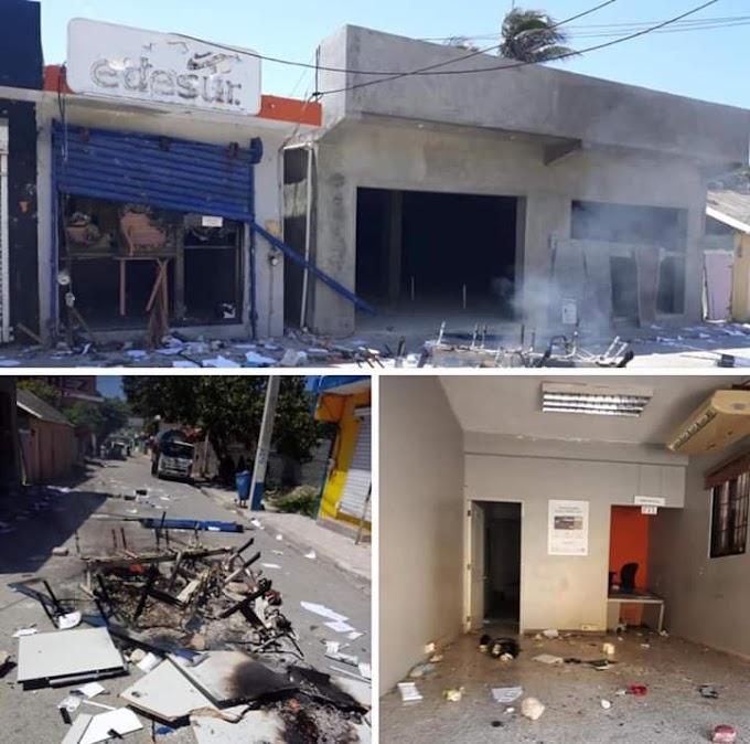 Queman mobiliarios de EDESUR en Enriquillo e impiden transito Pedernales-Barahona