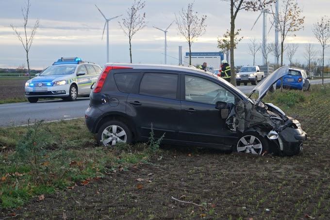 Fahrzeug prallt gegen mehrere Bäume
