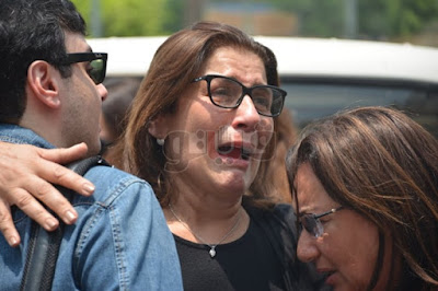 بالفيديو والصور.. انهيار شقيقات عزت أبو عوف عقب وصول الجثمان للسيدة نفيسة