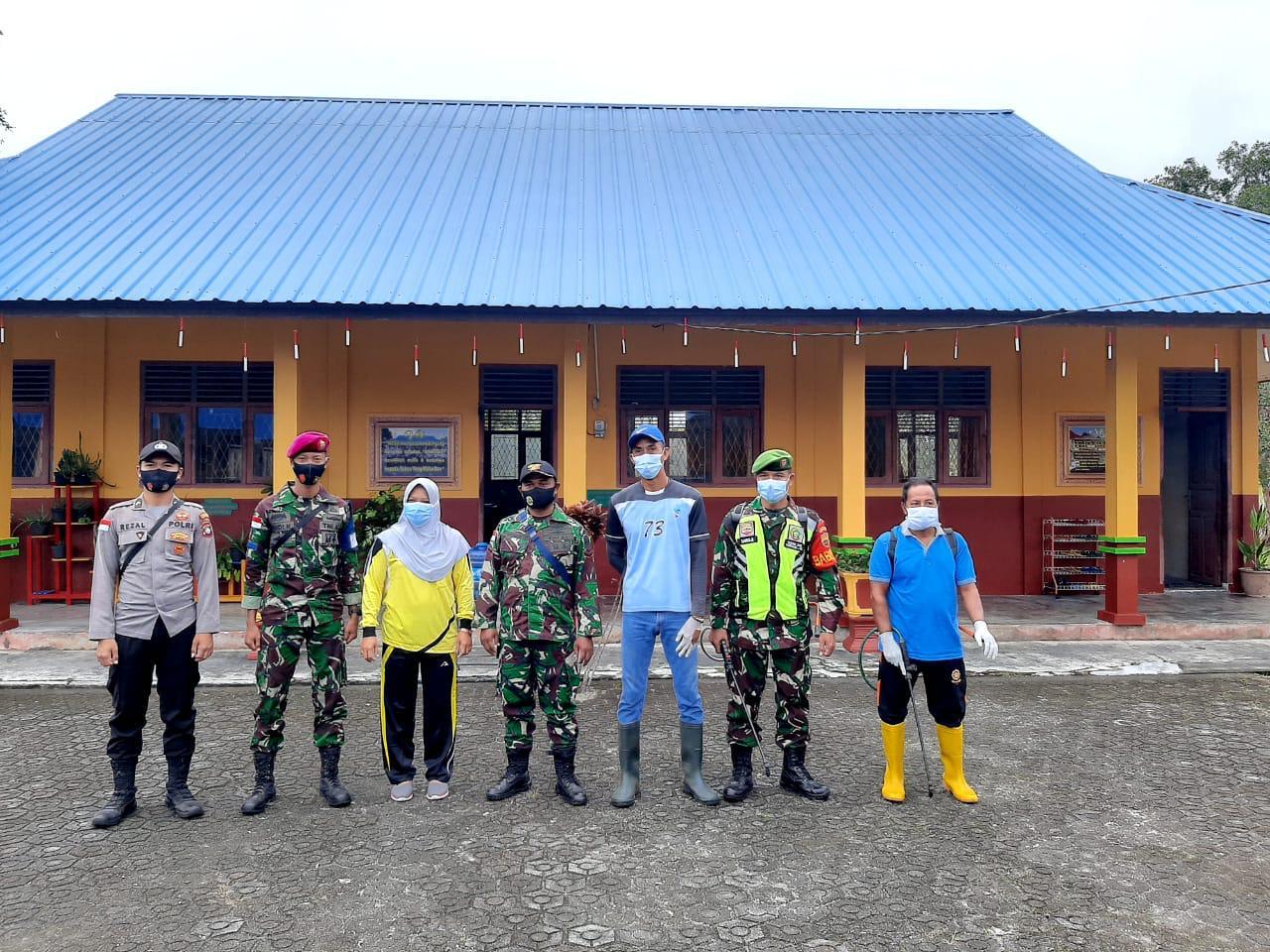 Cegah Penyebaran Covid-19, Personil Polsubsektor Subi Melakukan Penyemprotan Disenfektan di SDN 001 Kecamatan Subi