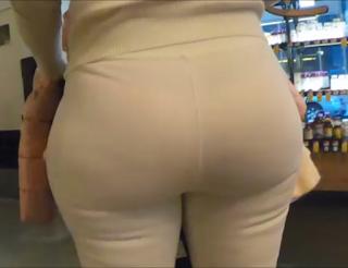 Bella mujer cola redonda leggins entallados
