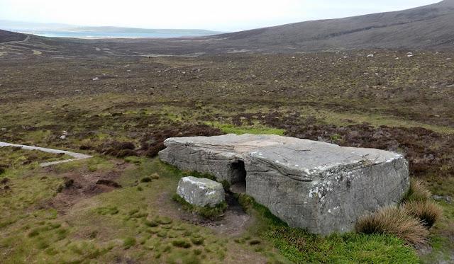 Домик плазменных Шаров Камень Dwarfie Stane Шотландия  Изначально каменная плита блокировала вход в могилу с западной стороны, однако в настоящее время она лежит на земле перед могильником. Могильник состоит из входного коридора с камерой, расположенной в северной и южной стенах. Памятник уникален для северной Европы, однако имеет аналоги среди могил неолита или бронзового века в Средиземноморье. Размеры камня: длина 8,5 метра, ширина 4,5 метра, высота 1,5 метра (размеры могут варьироваться с точностью до полуметра в зависимости от точки замера.  Вход представляет собой квадрат стороной чуть менее метра, вырезанный в западной стене камня.