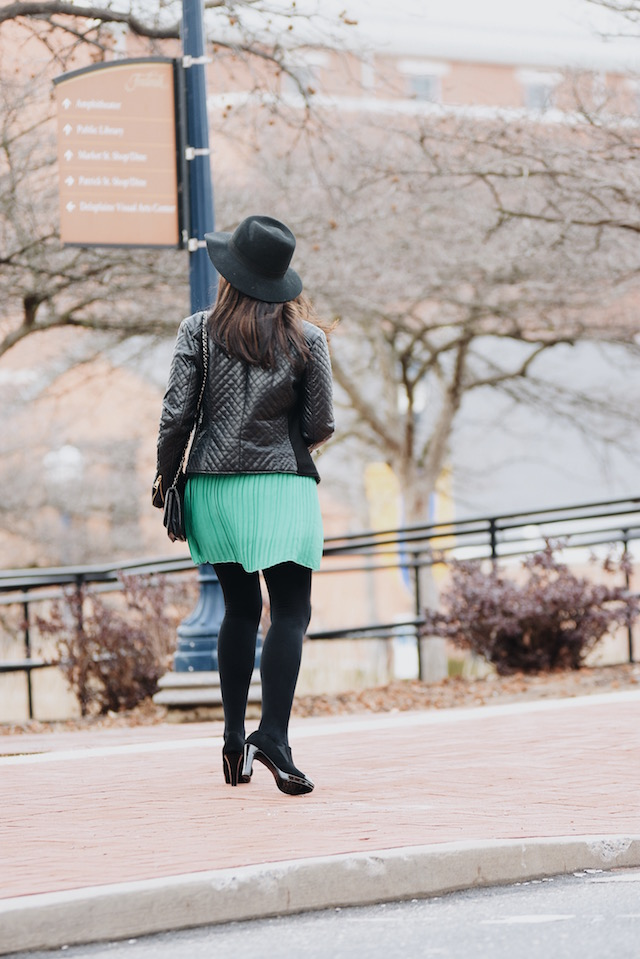 Wearing: Skirt/Falda: CNNDiret (Similar Here) Sweater/Suéter: JCPenney (Similar Here) Jacket/Chaqueta: KOHL'S (Similar Here) Booties/Botines: Franco Sarto (Similar Here)