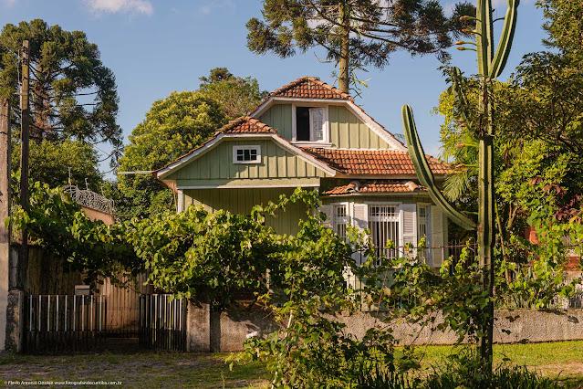 Casa de madeira, pintada de verde, na Rua Doutor Goulin