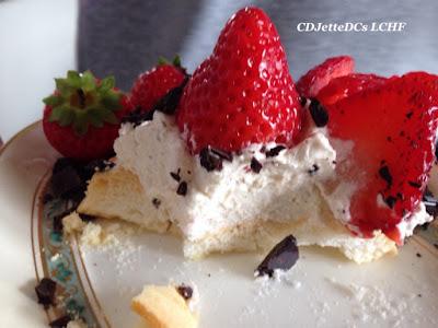 Sukkerfri marengs fuglerede med friske jordbær
