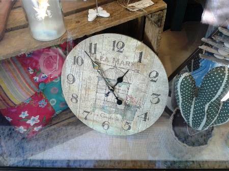 Reloj redondo de pared. Cojín cuadrados estampados. Cactus tela.