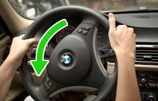 Đánh lái ô tô an toàn bằng 2 tay