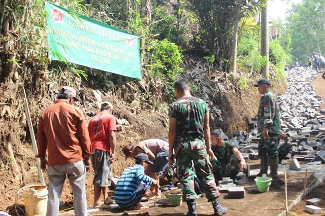 Yonif Para Raider 502 Kostrad Bantu Perbaiki Jalan Warga Desa Binaan