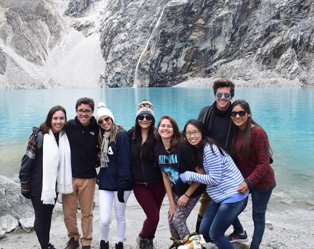 7 pessoas em uma paisagem de lagoa azul