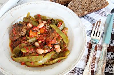 Fagiolini in umido con spezzatino. Ricetta greca.