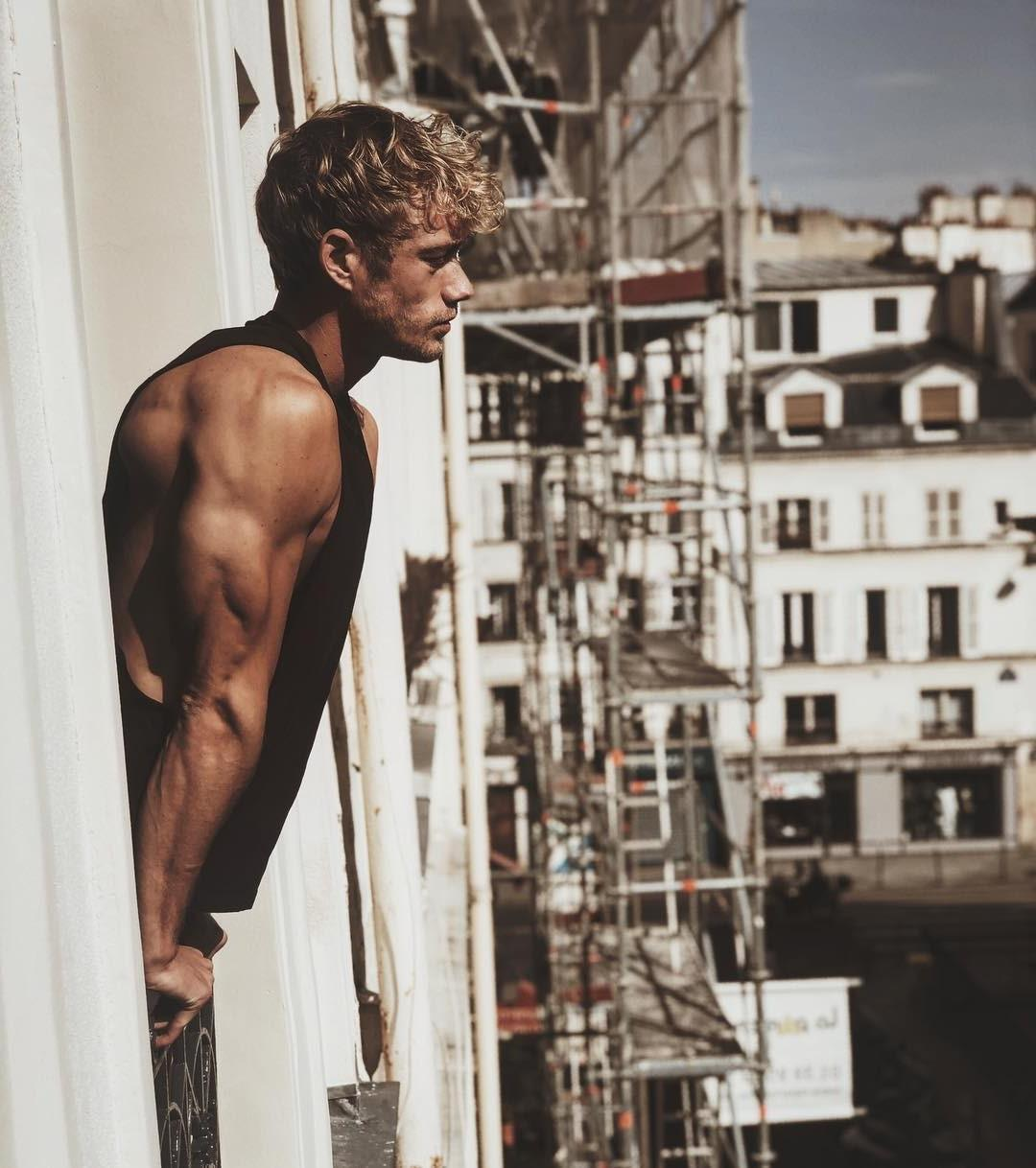 huge-male-hunk-triceps-young-brad-pitt-pictures