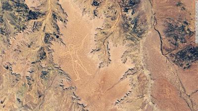 Tidak jelas siapa yang menciptakan geoglyph raksasa atau mengapa, tetapi sosok tanah yang besar telah menarik perhatian ke bagian terpencil Australia Selatan selama dua dekade.
