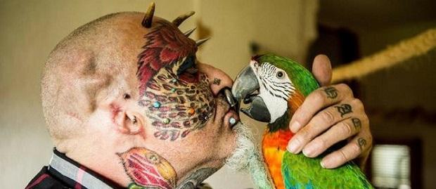 Pria Asal Bristol Ini Potong Telinganya Sendiri Gara-Gara Ingin Mirip Burung Kakak Tua